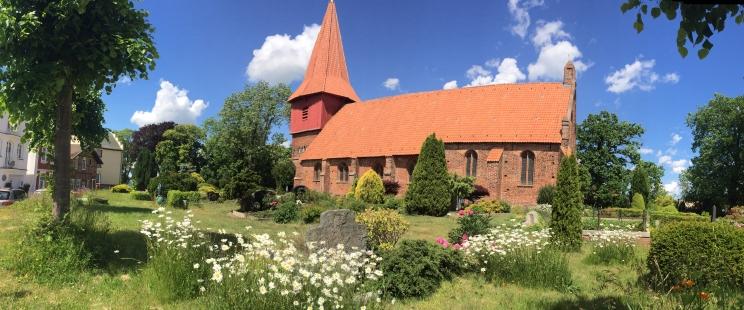 Alter Friedhof in Altefähr mit Kirche St. Nikolai
